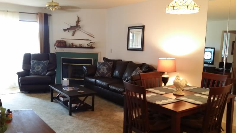 Living/Dining Room Fireplace - *$99/nt*Updated*2 Bdrms*Pools*Bar/Grill*Pets Ok* - Branson - rentals