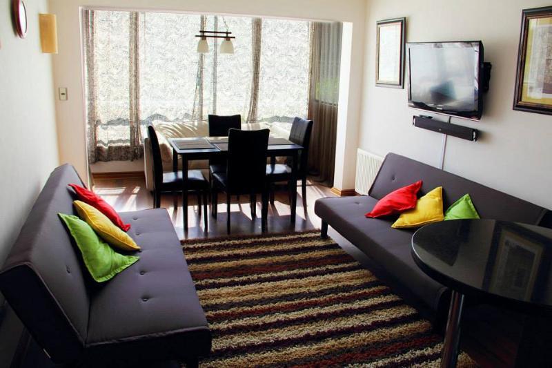 Sala de estar, dos sofá cama, comedor para 4 personas, tv cable y equipo de sonido. - Apartamento en Reñaca Viña del Mar en Condominio - Renaca - rentals