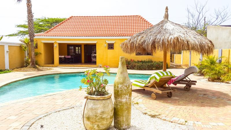 Spacious backyard and big pool with poolbar - Caribbean style house - 3 bed/2bath - Noord - rentals