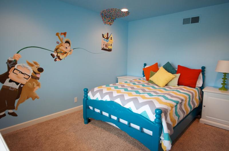 Up bedroom with a queen bed and hand painted mural. - Andy's House - Pool and Spa - Walk to Disney! - Anaheim - rentals