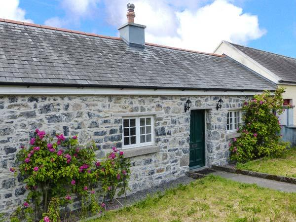 CHARLIE'S COTTAGE, open fire, short drive to Clare coast, garden with furniture, in Lorrha, Ref 915465 - Image 1 - Lorrha - rentals