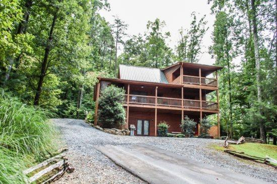 UP THE CREEK*2BR~2BA~LUXURY LOG CABIN WITH BEAUTIFUL MTN VIEWS~CREEK FRONTAGE~JETTED TUB IN MASTER SUITE~PRIVATE HOT TUB~PING PONG ~FOOSBALL~GAS LOG FIREPLACE~WIFI~ONLY $125/NIGHT! - Image 1 - Blue Ridge - rentals
