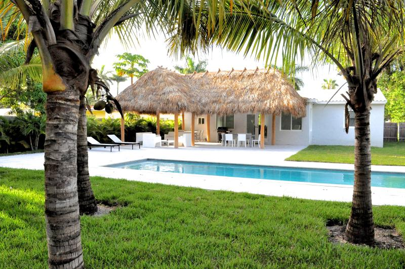 Outside garden with pool and tiki hut - The Relax House: 2 Bedrooms with pool and tiki hut - Coconut Grove - rentals