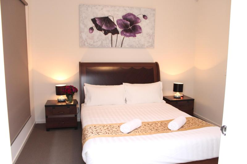 Queen bedroom with Ensuite - THE CREST LODGE MELBOURNE - 4BDR SLEEPS 12 - Attwood - rentals