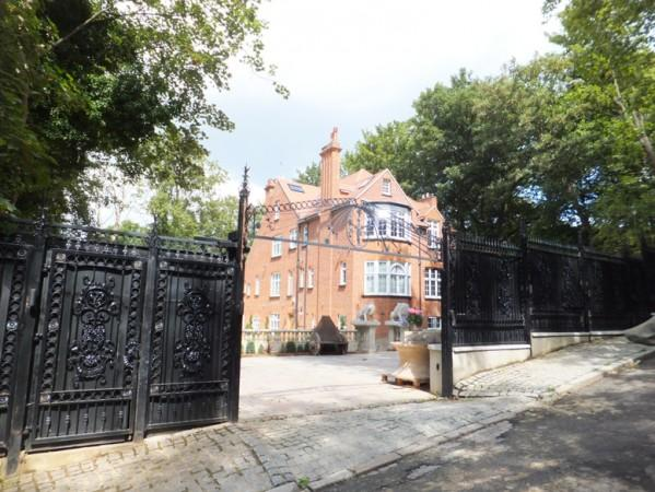 Gated property and private grounds - Elegant Hampstead Apartment in London - London - rentals