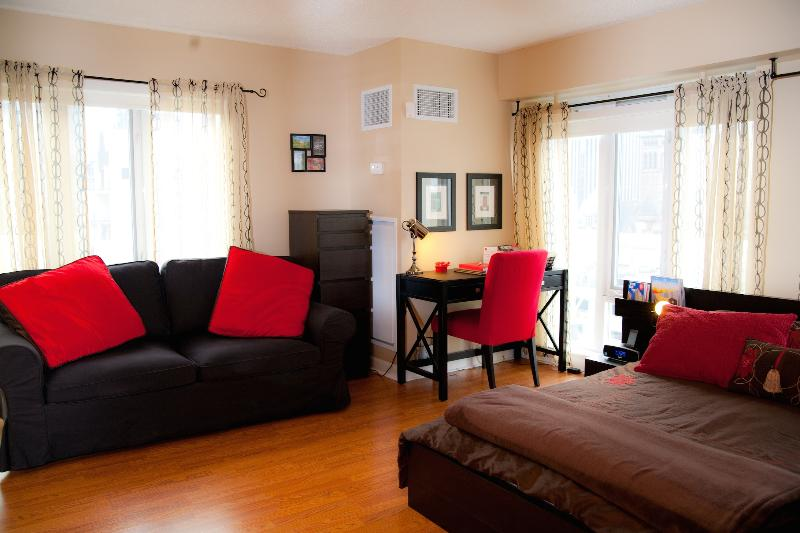 Living Area with Queen Sized Bed, Writing Desk, Double Sofabed and Dresser - 5 Star Quality, Best Downtown Location, Live Local - Toronto - rentals