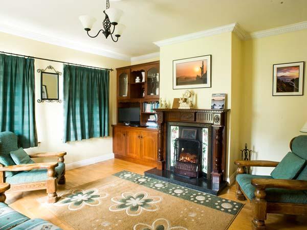 EAGLE'S REST, en-suites, open fire, sea views, pet-friendly cottage near Ballyferriter, Ref. 915382 - Image 1 - Ballyferriter - rentals