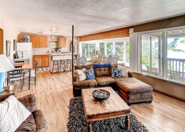 Spacious living area - Waterfront Cabin, Amazing Views! 2Bd+Loft, Slps10, Summer 4th night free - La Conner - rentals