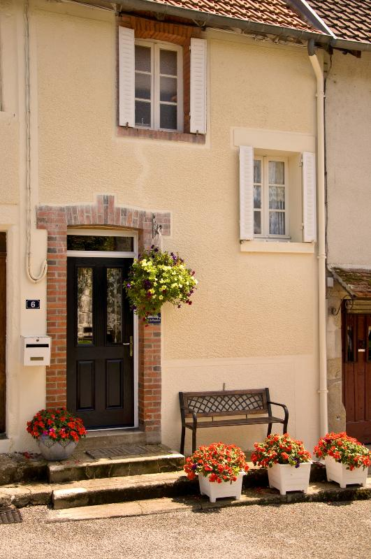 The quietly situated village cottage is in an off-road position with safe parking right in front. - 18C holiday cottage in a quiet village location. - Mailhac-sur-Benaize - rentals