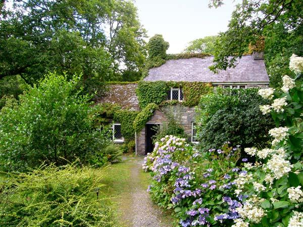ROYAL OAK FARMHOUSE, character holiday cottage, with a garden in Betws-Y-Coed, Ref 1077 - Image 1 - Betws-y-Coed - rentals
