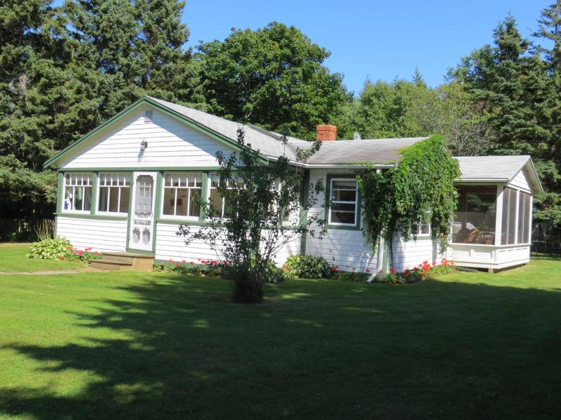 Butler's Spruce Cottage - Butler's Cottages 7 min.walk Stanhope Nat. Beach - Stanhope - rentals