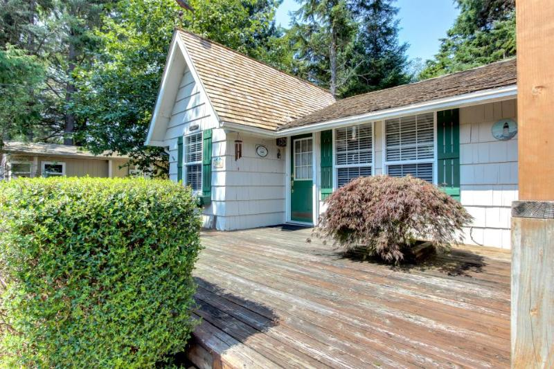 Cozy, dog-friendly cottage with hot tub, 3 blocks from beach - Image 1 - Cannon Beach - rentals