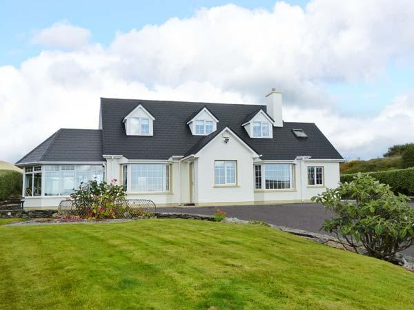BIRCH TREE COTTAGE, detached family cottage, multi-fuel stove, Jacuzzi bath, lawned gardens, in Castletownbere, Ref 912154 - Image 1 - Castletownbere - rentals