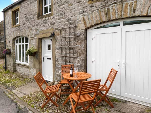 THE STABLES, pet-friendly cottage with Jacuzzi bath, great views, patio in - Image 1 - Horton-in-ribblesdale - rentals