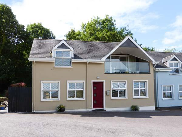 BROOK COTTAGE, detached, upside down accommodation, balcony, views of the bay, in Courtmacsherry, Ref 913621 - Image 1 - Courtmacsherry - rentals