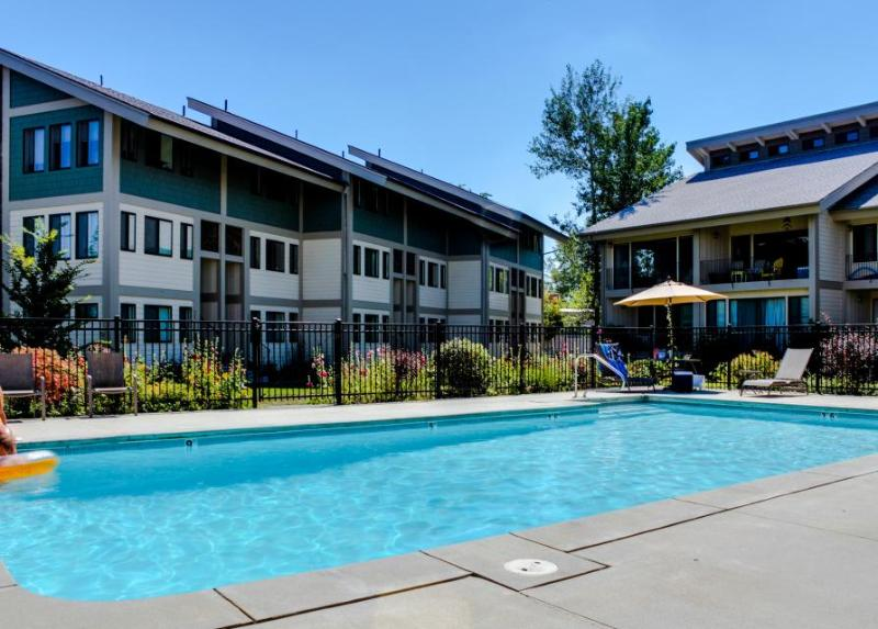 Luxurious waterfront getaway with bikes, shared pool & tennis - Dogs OK! - Image 1 - Sandpoint - rentals