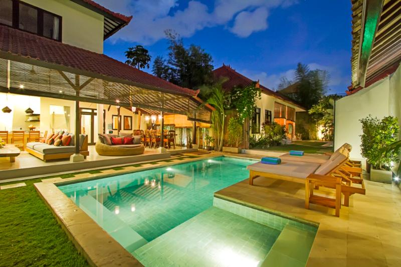 TWO 8x3.5m Pools&2x1.5m Kids Section. 4 Double Sunloungers and 2 Singles Loungers. Relax in Style. - 6BDR Seminyak+2xPool+Walk to Beach - Seminyak - rentals
