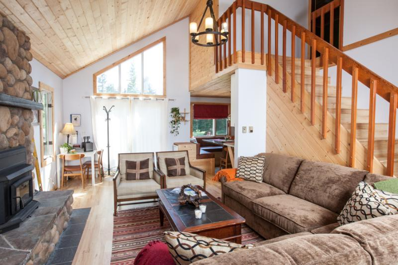 High vaulted pine ceiling, super comfy couch and a brand new fireplace. COZY UP! - 4bdr,2bath,Hot Tub,ManCave,DryRoom 2 min from RMR - Revelstoke - rentals