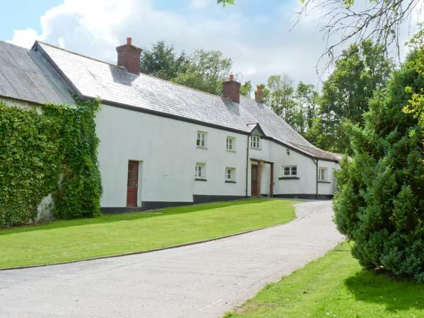 EASTCOTT FARMHOUSE, WiFi, Sky TV, en-suites, child-friendly cottage near Whitstone, Ref. 914524 - Image 1 - Langdon - rentals