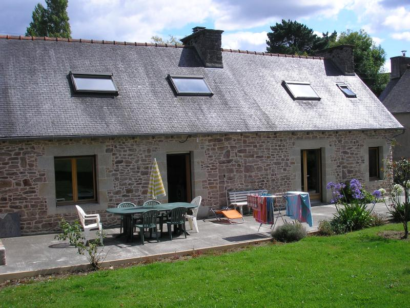 In the Cotes-d'Armor, Brittany, beautiful stone house with a 6000 m2 garden, close to the sea - Image 1 - Plehedel - rentals