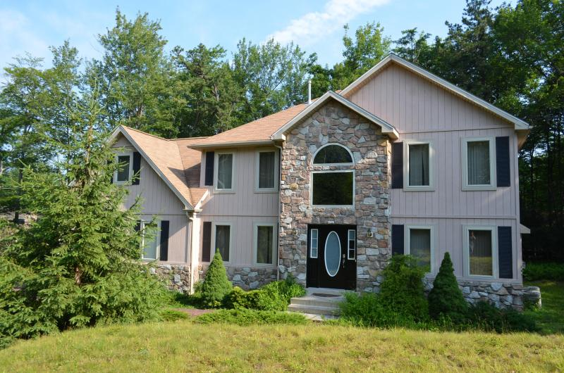 Beautiful Home-Fully upgraded-Hot tub w Ipod/Iphon - Image 1 - Pocono Pines - rentals