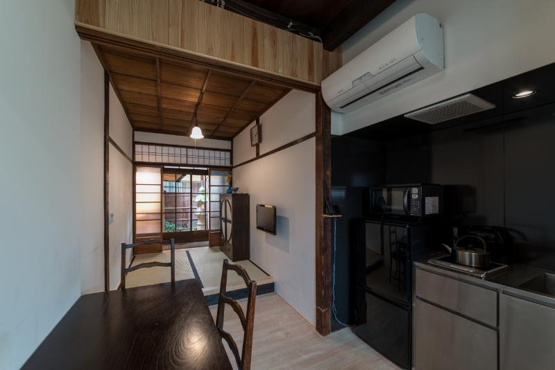 "Dining kitchen, tatami space and ""tsubo niwa"", garden - Shofu-an - in Historical Kiyomizu-Gion Area - Kyoto - rentals"