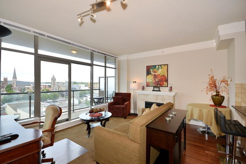 Living room with views - Cozy Downtown Victoria 1 Bedroom Condo Walking Distance To Amenities - Victoria - rentals
