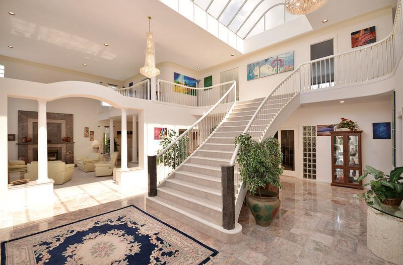 Grand foyer - Amazing 4 Bedroom Cowichan Valley Estate Close to Beaches Parks and Amenities - Duncan - rentals