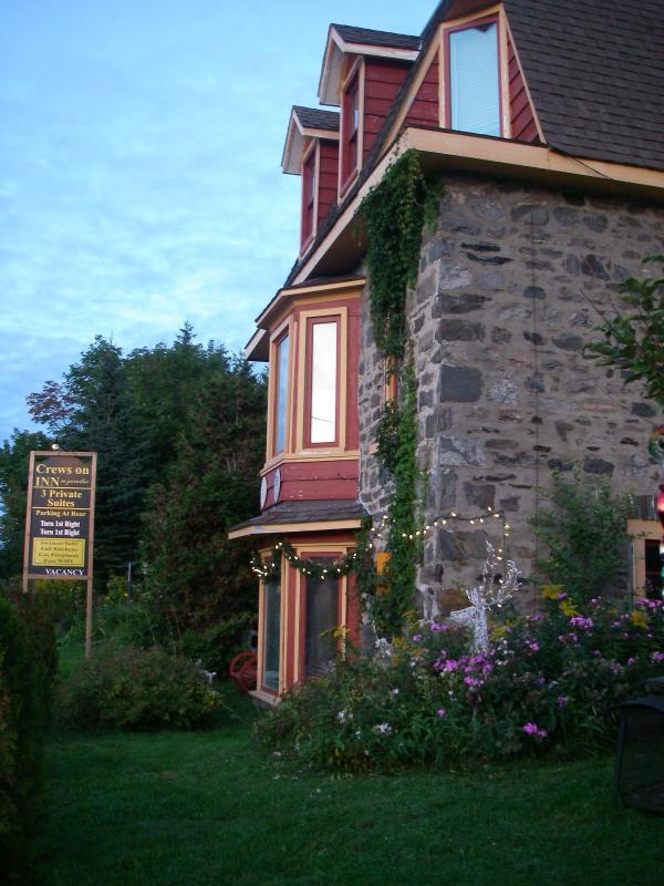 The gorgeous Stone home built in 1891 that feels like your in a castle one block to downtown. - Crews on INN to Pardise 3 Self-catering suites - Huntsville - rentals