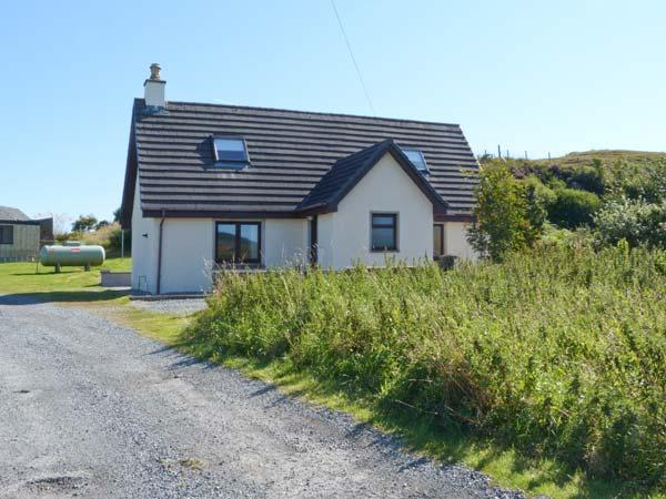 SEALLADH AN LOCHA COTTAGE, detached, en-suite, parking, private patio, near Portree, Ref 913911 - Image 1 - Portree - rentals