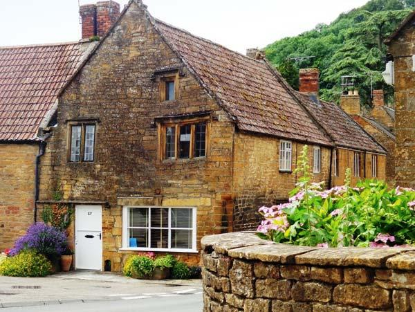 THE TUDOR ROSE, woodburning stove, four poster bed, feature beams and stone walls, in Montacute, Ref 915230 - Image 1 - Montacute - rentals
