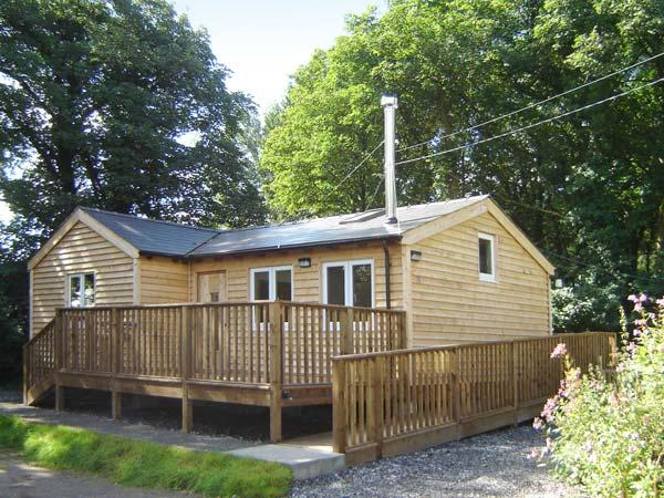 SEADRIFT CABIN all ground floor, woodburner, off road parking, decked area, in Llansteffan, Ref 915644 - Image 1 - Llansteffan - rentals