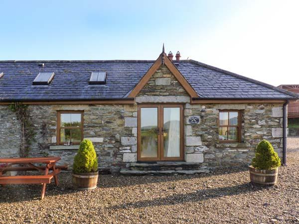 DAFFODILL COTTAGE, open fire, enclosed courtyard with furniture, stunning views, Ref 914880 - Image 1 - Tinahely - rentals