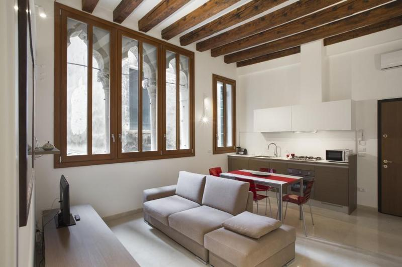 Renovated vintage apartment in the heart of Rialto - Image 1 - Venice - rentals