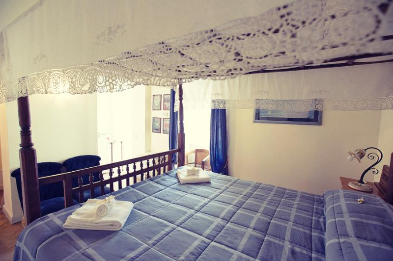bedroom with queen size canopy bed - Casa Grifone 200 steps from Coliseum - Rome - rentals