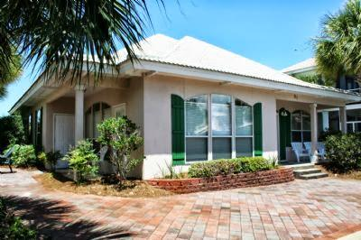 Front of house - Emerald Villa! Family friendly beach house! - Destin - rentals