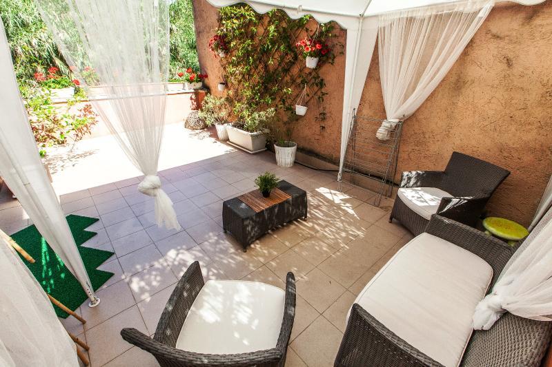 Radio Trastevere Red Terrace, Free WiFi, Quiet - Image 1 - Rome - rentals