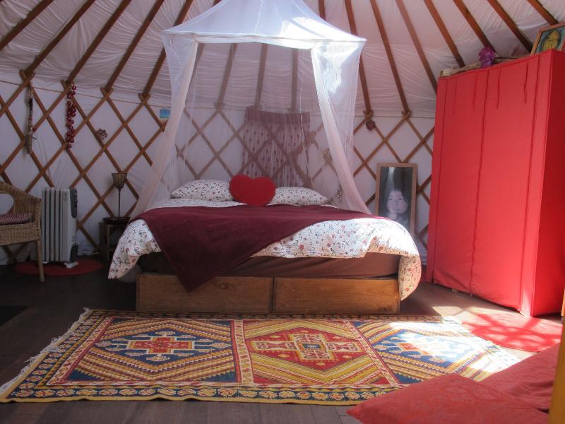 la chambre avec machine à café - La Yourte : yurt, jacuzzi and garden - Saint-Maximin-la-Sainte-Baume - rentals