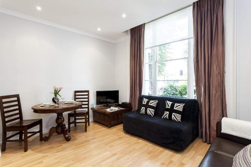Wood floors, spacious and bright living area - Amazing 1 Bedroom in Notting Hill with Free Wifi - London - rentals