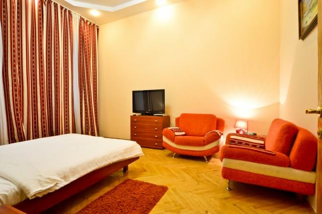 988, 24v Mykhailyvska, Sunny studio in city center - Image 1 - Kiev - rentals