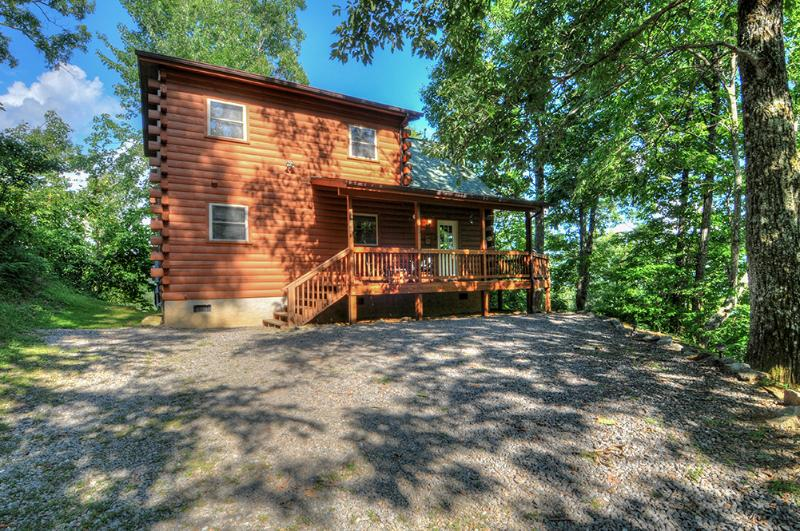 2/2 Log Cabin tucked in the mountainside. Private, cozy, perfect for 2 couples/small family. Views!! - Golf? Cycling? Hiking? What's on your mind? 2/2 /futon in loft. Firepit Deck - Maggie Valley - rentals