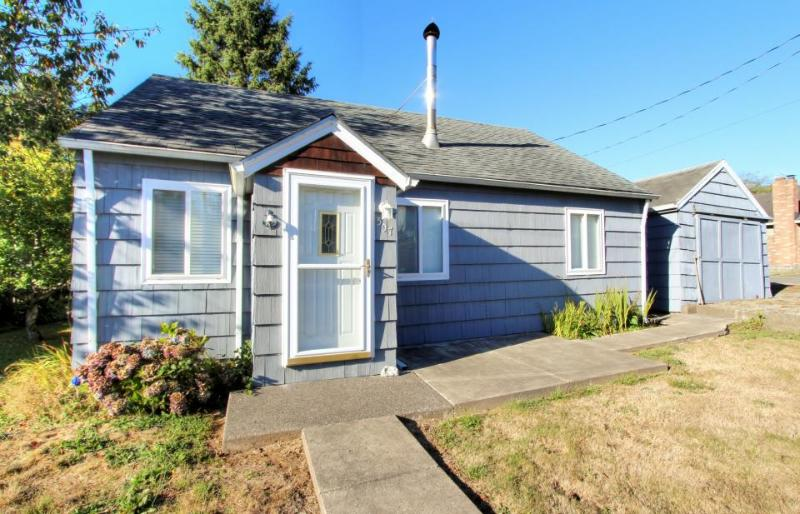 Charming beach cottage w/ a loft & fire pit - close to everything! - Image 1 - Rockaway Beach - rentals