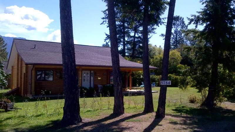 Cottage Veranda Front - Beautiful Mountain Cottage near Radium Hot Springs - Radium Hot Springs - rentals