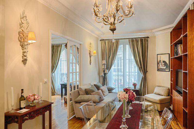 Spacious living room - Le Trésor de Montmartre - luxury 2 bed apt. WiFi - Paris - rentals
