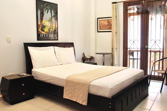 Entering your studio with view towards the balcony - Old City Studio-Balcony, washer/dryer, strong wifi - Cartagena - rentals