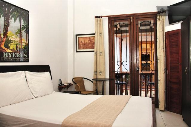 Front bedroom with double bed and balcony - Old City 2BR: Balconies, AC, great wifi, hot water - Cartagena - rentals