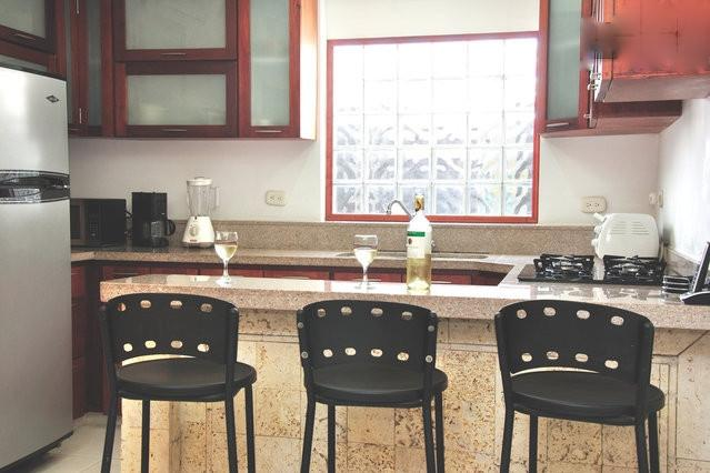 Fully equipped kitchen with counter seating - Old City 3BR: balcony, washer/dryer, AC, wifi.... - Cartagena - rentals