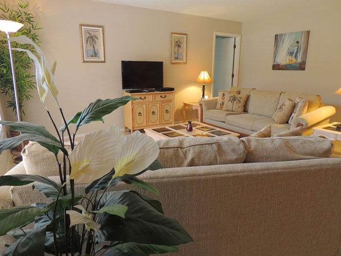 Comfortable living room has 39 inch flat screen TV with HD channels - Villa Grande - Fenced Yard - Wifi - Pets Welcome - Venice - rentals