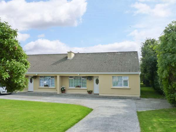 PALM VIEW, family friendly, with WiFi and garden in Ballyheigue, County Kerry, Ref 4658 - Image 1 - Ballyheigue - rentals