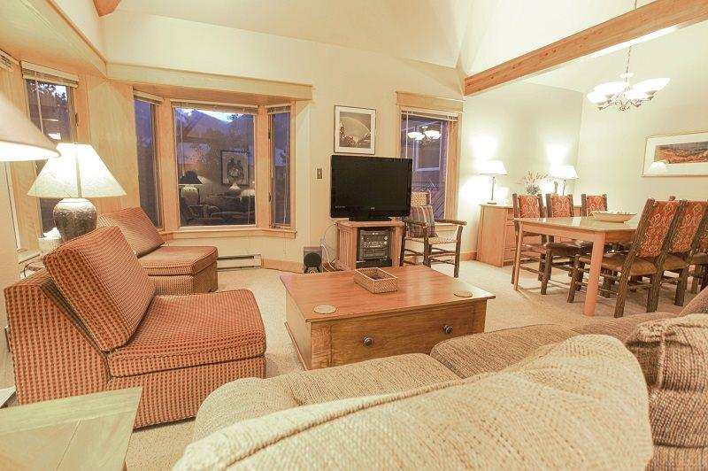 Smuggler E condo - Living room with comfy seating, open to dining and kitchen - Smuggler E - 3 Bd + Spacious Loft - 3 Ba - Sleeps 9 - Spacious Property - Located 1 Block from the base of Lift 7 - Telluride - rentals